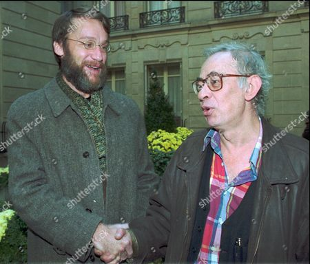 """MAKINE ALEXAKIS Russian-born novelist Andrei Makine, left, and Vassilis Alexakis of Greece shake hands after they shared the Medicis literature prize for their respective books """"The French Testament"""" and """"The Mother Tongue"""" Monday Nov.6, 1995 in Paris"""