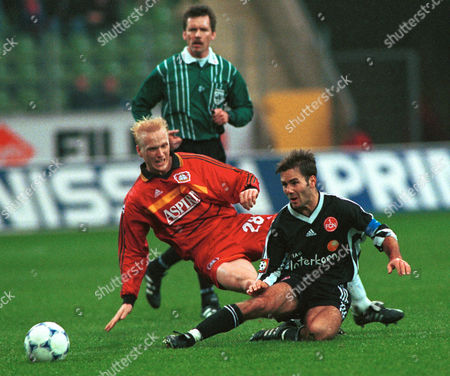 RAMELOW WIESINGER Michael Wiesinger, right, from Nuernberg attacks Leverkusen's Carsten Ramelow, left, during German First Division soccer league match Bayer Leverkusen vs. 1. FC Nuernberg n Leverkusen . in the back is referee Hartmut Strampe