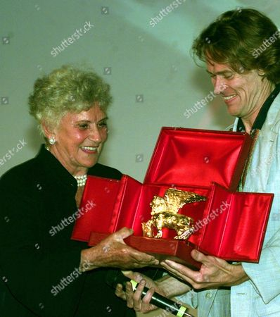 VALLI DAFOE Italian actress Alida Valli receives from U.S. actor Willem Dafoe the Golden Lion for her career at the 54th Venice film festival