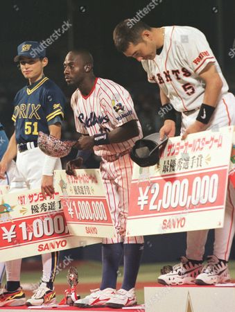 HOSEY Former Boston Red Sox' Dwayne Hosey, center, bows to Japanese spectators along with Yomiuri Giants' Kazuhiro Kiyohara, right, during an awarding ceremony after the Central League beat the Pacific League 6-3 in Game 2 at Jingu Stadium . Hosey, who played for the Yakult Swallows, was named one of the game's valuable players and earned a check worth 1 million yen (dlrs 8,700). Kiyohara, who banged two homers in Game 2, was named most valuable player, pocketing 2 million yen (dlrs 17,000). At right is Orix BlueWave's Ichiro Suzuki, another valuable player