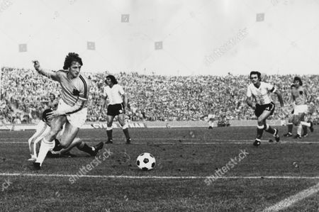 Holland's Johann Cruyff avoids Argentina's goalkeeper Daniel Carnevali to score his team's first goal in the World Cup finals soccer match in Gelsenkirchen, West Germany, . Holland went to win the match 4-0