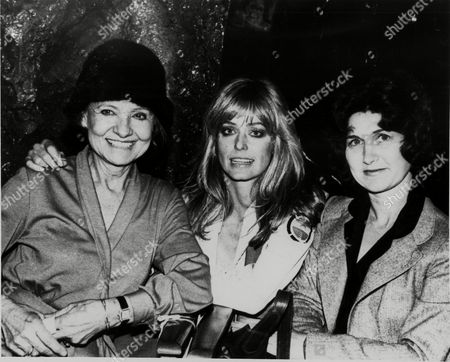 """Actress Farrah Fawcett-Majors is flanked by her mother Pauline Fawcett, left, and aunt Gloria visiting her on the set of """"Saturn 3,"""" the new sci-fi film currently before the cameras at Shepperton Studio Centre in London"""
