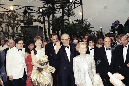 Italian film director Federico Fellini waves as he poses with his wife, Italian actress Giulietta Masina and other unidentified actors at the 27th International Film Festival in Cannes, France, on