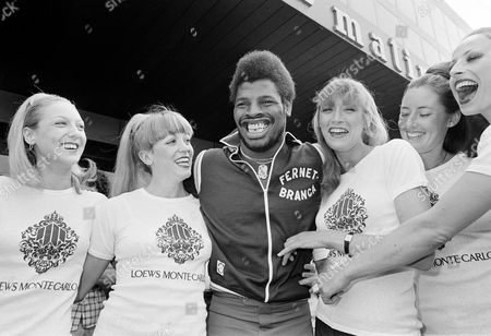 Leon Spinks Ex-world heavyweight champion Leon Spinks poses with Monte Carlo showgirls at weigh-in, before his fight against Gerrie Coetzee of South Africa in Monaco, June 24