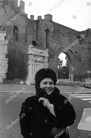 """Marilyn Horne American opera singer Marilyn Horne wraps in her fur coat in Rome's chill near Port a Pinciana on top of Via Veneto, Rome, Italy. Tonight she will sing in the lead role of """"Tancredi"""". In background ancient walls of Rome"""