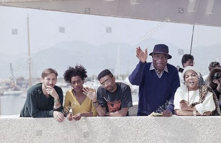 "American director Spike Lee, center, waves to photographers from the terrace of the Festival Palace in Cannes, France. Lee is promoting his film ""Do the Right Thing"" at the Cannes Film Festival. Starring actors, from left, Richard Edson, Joie Lee, Ossie Davis and Ruby Dee"