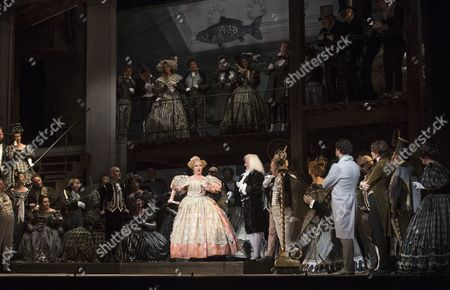 Sofia Fomina as Olympia, Christophe Mortagne as Spalanzani, Vittorio Grigolo as Hoffmann, Kate Lindsey as Nicklausse