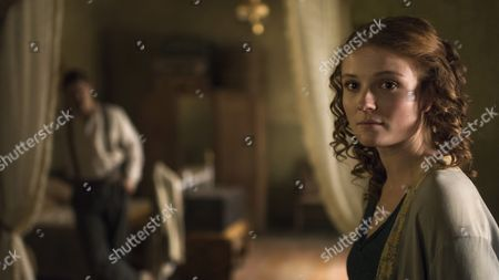Amy Wren (as Evelyn) and Max Irons (as Carter)