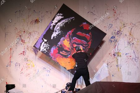 Stock Image of Dan Dunn paints Shaqullie O'Neal of Phoenix Suns. The painting was completed in 5 minutes and was auctioned for $123,000