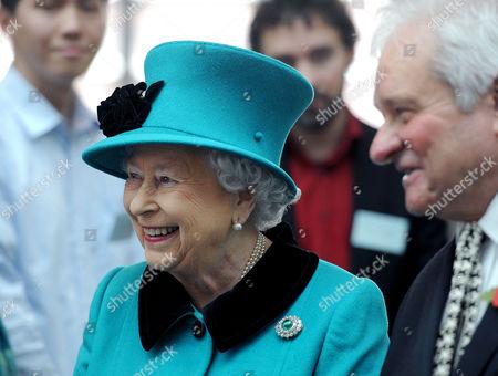 Queen Elizabeth II stands with Paul Nurse, director of the Francis Crick Institute