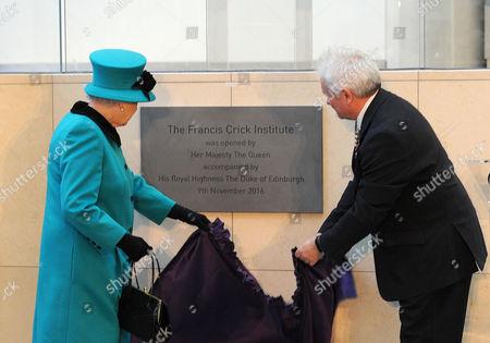 Queen Elizabeth II and Paul Nurse, director of the Francis Crick Institute