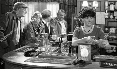 Stan Richards (as Seth Armstrong) and Philomena McDonagh (as new Woolpack barmaid Carol) (Episode 1596 - 1st October 1991)