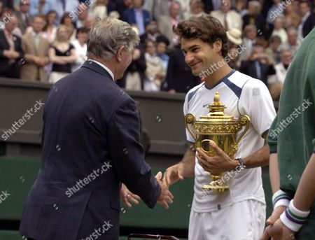 Alan Mills (Referee) congratulates Roger Federer (Sui) on winning the match Mens singles Final 3/7/2005 Centre Court Wimbledon Tennis Championships 2005