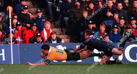 Matt Burke beats John Steel to score the 3rd Australia Try Scotland v Australia Murrayfield Edinburgh 11/11/2000 Great Britain Edinburgh
