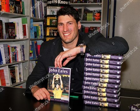 Australian rugby legend John Eales at London bookshop Sportspages promoting his autobiography 8/11/2001 Great Britain London