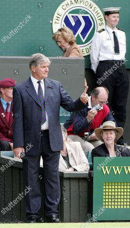 Alan Mills (Wimbledon tournament Referee) talks with the umpire on Centre Court Wimbledon 2004