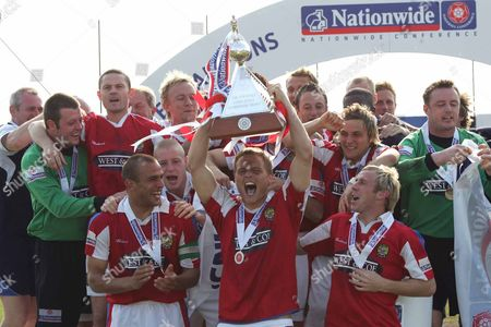 DANNY FOSTER ( DAGENHAM ) WITH TROPHY DAGENHAM and REDBRIDGE v GRAVENEND NATIONWIDE CONFERENCE AT GLYN HOPKIN STADIUM 28/04/2007 ENGLAND LONDON
