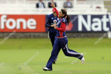 Stockfoto på Isa Tara Guha (England) celebrates taking the wicket of Cri-Zelda Brits (South Africa) England Vs South Africa Womens ODI Lords London 08/08/2008