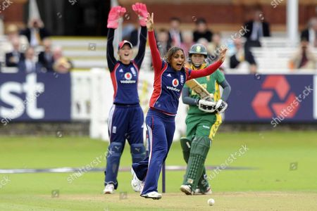 Stockbild på Isa Tara Guha (England) and Sarah Jane Taylor (England wicketkeeper) appeal for LBW against Olivia Victoria Anderson (South Africa) England Vs South Africa Womens ODI Lords London 08/08/2008
