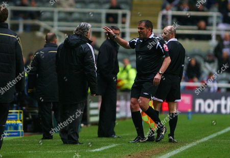 Ref Phil Dowd sends Joe Kinnear (Newcastle manager) to the standssFA Cup Third Round Replay Newcastle United vs Hull City 14/01/2009 England Newcasstle