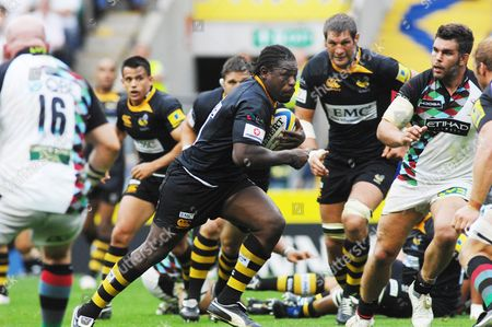 Rugby Union - Serge Betsen (Wasps) makes the break Harlequins v London Wasps Aviva Premiership at Twickenham 4/09/2010