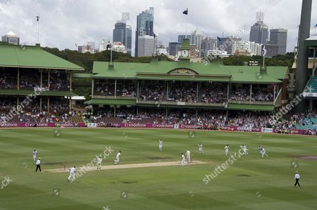 Cricket - Ashes 5th Test Sydney - Australia vs England General view of the Sydney Cricket Ground as last man Michael Beer is bowled by Chris Tremlett England celebrate winning the series & retaining The Ashes in Australia with pavilion & city in distance australia sydney