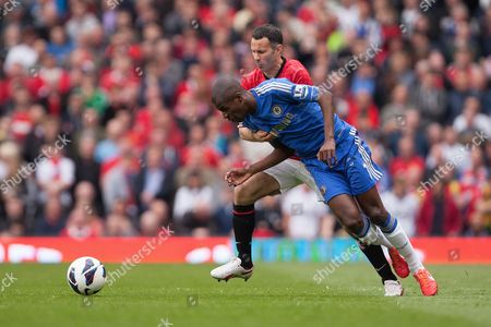 Football - 2012 / 2013 Premier League - Manchester United vs Chelsea Ryan Giggs of Manchester United battles Ramires of Chelsea at Old Trafford
