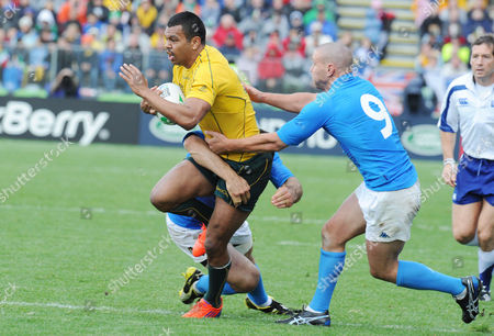 Rugby Union - Rugby World Cup 2011 - Australia vs Italy 11/09/2011 Kurtley Beale (Aus) Fabio Semenzato (Italy) - 9