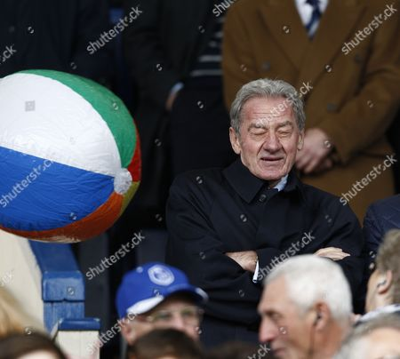 Football - league 1- Sheffield Wednesday vs Wycombe Wanderers - Sheffield Wednesday owner Milan Mandaric gets his by a beach ball at Hillsborough