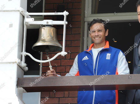 Cricket - 2015 New Zealand Tour of England - First Test at Lords England's Mark Ramprakash rings the 5 minute Bell for start of play on the fifth day's play