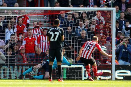 Football - 2014 / 2015 Premier League - Southampton vs Hull City Southampton's James Ward-Prowse fires past Steve Harper of Hull City from the penalty spot to put Southampton one up at St Mary's Stadium Southampton