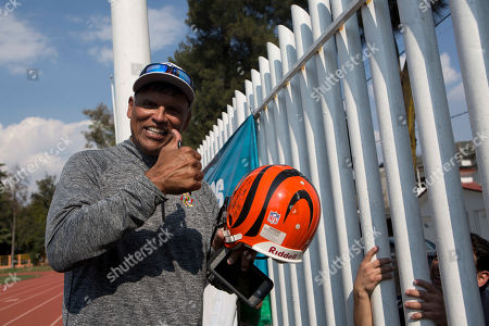 Anthony Munoz Pro Football Hall of Famer Anthony Munoz, who played for the Cincinnati Bengals, gives a thumbs up after signing a Bengals helmet for fans outside a fence at an NFL-sponsored event promoting physical activity in Mexico City, . The NFL's Play 60 campaign encourages children to be active 60 minutes a day to avoid childhood obesity