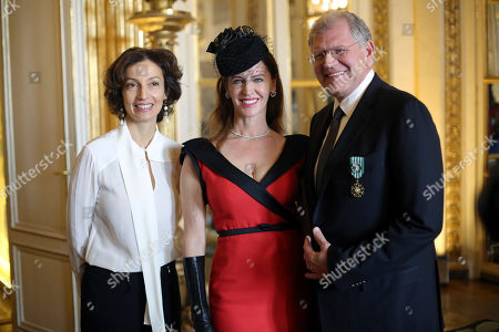 American film director Robert Zemeckis, right, poses with his wife Leslie Harter Zemeckis, center, and French Culture minister Audrey Azoulay, after being awarded with the order of Arts and Letters, in Paris