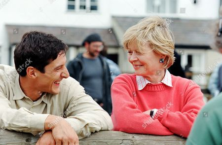 Angela Thorne and Peter Wingfield in 'Noah's Ark'