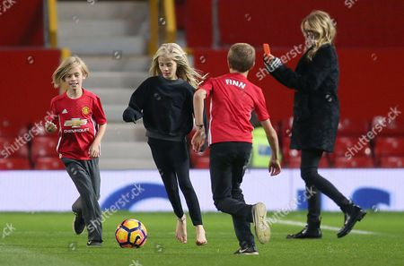 Julia Roberts on the pitch after the match with her children Hazel Moder, Henry Daniel Moder and Phinnaeus Moder