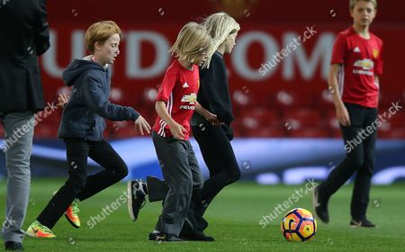 HENRY, HAZEL AND PHINNAEUS MODER [JULIA ROBERTS CHILDREN] ON MANCHESTER UNITED PITCH AFTER THE MATCH