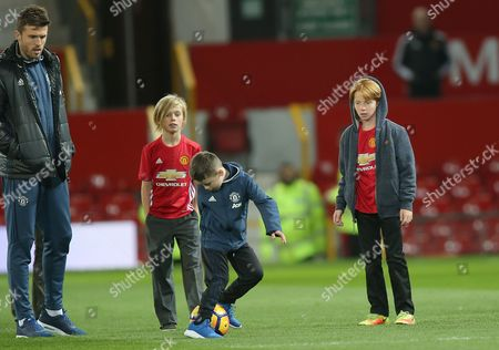 PHINNAEUS AND HENRY MODER WATCH KLAY ROONEY JUGGLE WITH FOOTBALL ON MANCHESTER UNITEDS PITCH AFTER MATCH WATCHED BY FOOTBALLER MICHAEL CARRICK