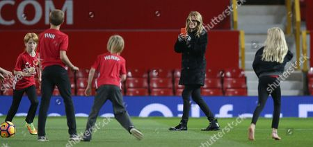 HENRY MODER AND HAZEL MODER AND PHINNAEUS   [JULIA ROBERTS CHILDREN] ON MANCHESTER UNITED PITCH AFTER THE MATCH PLAYS FOOTY AS JULIA ROBERTS TAKES PICTURES WITH HER IPHONE
