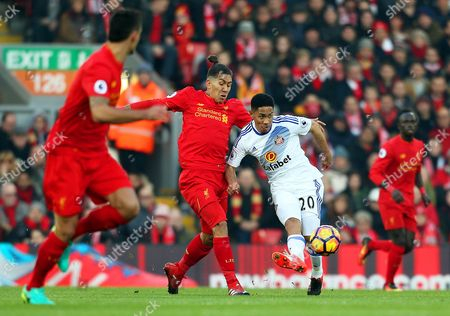 Steven Pienaar of Sunderland attacks under pressure from Roberto Firmino of Liverpool