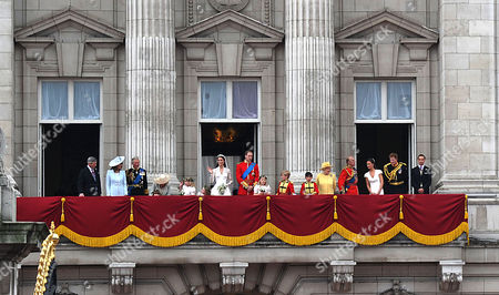 the Wedding of William Prince of Wales to Catherine Middleton the Royal Family Pose On the Balcony of Buckingham Palace - Michael Middleton Camilla Duchess of Cornwall Eliza Lopes Lady Louise Windsor Carole Middleton Charles Prince of Wales Michael Middleton Grace Van Cutsem Kate Middleton Duchess of Cambridge William Prince of Wales Duke of Cambridge Margarita Armstrong-jones Hm Queen Elizabeth Ii Tom Pettifer and William Lowther-pinkerton Prince Philip Duke of Edinburgh Harry Prince of Wales Pippa and James Middleton