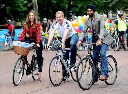 Mayor of London's Sky Ride Start Line at the Mall Westminster Kelly Brook and Sir Chris Hoy with the Mayor of London's Director of Environment Kulveer Ranger