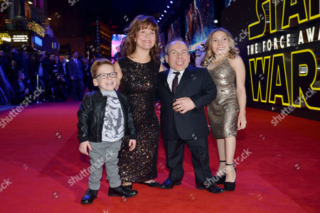 'Star Wars: the Force Awakens' European Premiere Leicester Square Warwick Davis with His Wife Samantha Davis and Children Annabel and Harrison
