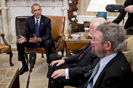 U.S. President Barack Obama meets J. Fraser Stoddart, professor at Northwestern University and laureate of the 2016 Nobel Prize in chemistry, and J. Michael Kosterlitz, professor at Brown University and laureate of the 2016 Nobel Prize in physics