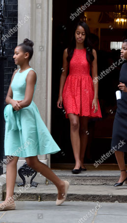 16 06 15 Michelle Obama Visit to Britain Michelle Obama and Her Daughters Malia (blue Dress ) and Sasha ( Red Dress ) with Her Mother Marian Shields Robinson
