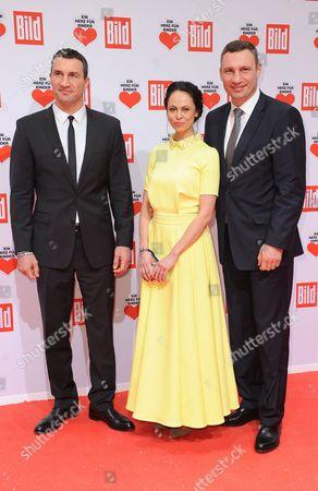 Wladimir Klitschko, Vitali Klitschko and Frau Natalia Klitschko