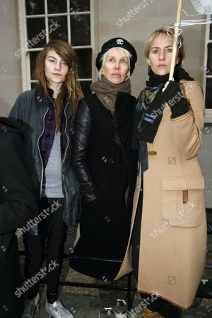 Stock Image of Protesters Outside the High Commission For Pakistan Lownes Square Knightsbridge Calling For the Release of Imran Khan and End of Marshall Law and State of Emergency Declared by President Musharraf Trudie Styler with Her Daughters Eliot Paulina ( Coco) and Bridget Michael (mickey)