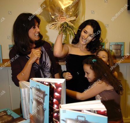 Gail Rebuck with Nigella Lawson with Her Daughters Cosima Diamond & Pheobe Saatchi