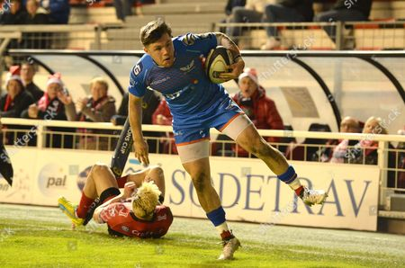 Steff Evans of Scarlets gets away from James O?Connor of Toulon.