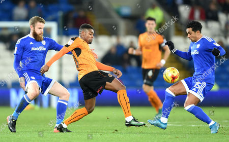 Ivan Cavaleiro of Wolves competes with Aron Gunnarsson and Kieran Richardson of Cardiff City.