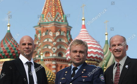 Members of the Main International Space Crew Us Astronaut Jeffrey Williams (r) Canadian Billionaire Guy Laliberte (l) and Russian Cosmonaut Maxim Surayev (c) Pose For Photographers As They Visit the Red Square in Moscow Russia 10 September 2009 the Launch of the International Space Mission From Baikonur is Scheduled For 30 September 2009